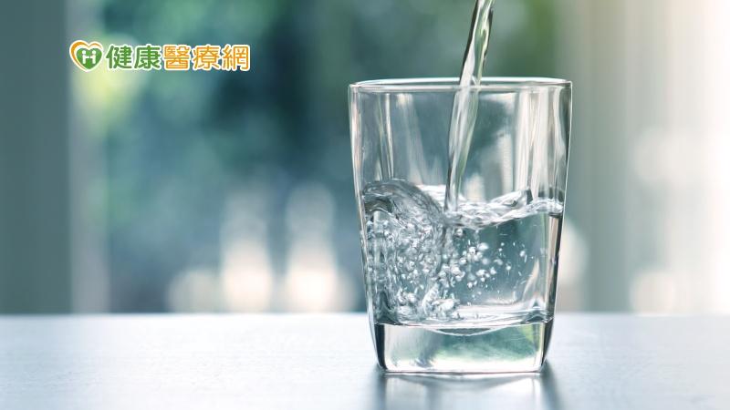 喝水擔心頻尿和夜尿 泌尿科醫師建議這麼喝