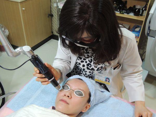 婦滿臉斑點忍數十年 755皮秒雷射變乾淨